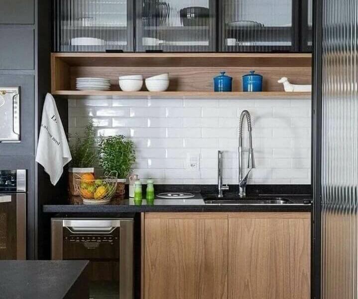 armário-de-madeira-planejado-para-decoração-de-cozinha-estilo-industrial-com-subway-tile-Foto-Casa-336