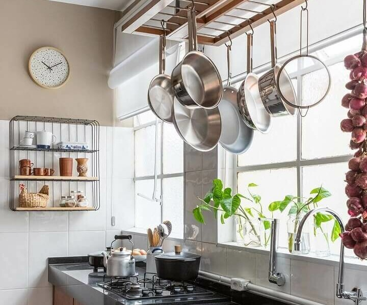 decoração-de-cozinha-estilo-industrial-com-panelas-penduradas-em-ganchos-Foto-Maurício-Arruda